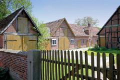 Hofgebäude - Fachwerkscheunen mit Holztoren, Breese i. d. Marsch / Wendland.