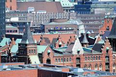 Dächer und Giebel der neogotischen Architektur der Hamburger Speicherstadt, re. ein Ausschnitt vom Chilehaus und dem Giebel der Polizeiwache am Klingberg.
