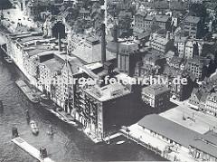 Luftbild vom Hafen Hamburg Altona - re. ein Ausschnitt der Altonaer Fischauktionshalle und am Elbufer die Speicherhäuser und Lagergebäude; Schuten und Binnenschiffe liegen dort vor Anker. (ca. 1935)
