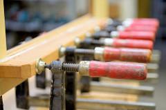 Anfertigung des Innenausbaus - Einbauschränke; Verleimung eines Rahmen mit  Holzzwingen.
