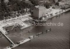 Kaianlage in Neumühlen; das KÜHLHAUS UNION wurde als expressionistischer Klinkerbau von den Architekten Elingius und Schramm entworfen. Kühlwaggons stehen auf den Gleisen vor dem Lagergebäude ebenso wie auf dem Kai, wo die Güterwaggons entladen w