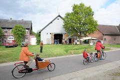 Kulturelle Landpartie im Wendland, Luckau - FahrradfahrerIn mit Kinder in Luckau.