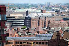 Blick über die Dächer der Hamburger Speicherstadt zu den Kontorhäusern am Messberghof und Chilehaus.