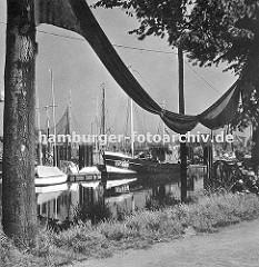 Blick in den Fischereihafen von Hamburg Finkenwerder - dicht an dicht liegen die Fischkutter im Hafenbecken. Fischnetze sind zum Trocknen aufgehängt.