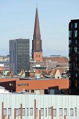 Blick über die Dächer der Hamburger Speicherstadt und Hafencity zum Kirchturm der St. Jakobikirche.