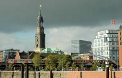 Blick über den Hamburger Binnenhafen - ein Hochbahnzug fährt Richtung Rödingsmarkt; re. das Stellahaus am Rödingsmarkt / Herrlichkeit - in der Bildmitte der Kirchturm der Sankt Michaeliskirche, dem Wahrzeichen Hamburgs.