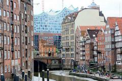 Architektur in der Hansestadt Hamburg - unterschiedliche Architkekturstile beim Nikolaikfleet; re. die historischen Häuser an der Deichstrasse, daneben die Jugendtilarchitektur vom Haus der Seefahrt an der Hohen Brücke - im Hintegrund die Baustelle d