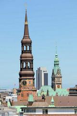 Blick zum Kirchturm der Hamburger St. Katharinenkirche - Kupferturm; im Hintergrund das Kupferdach und der Turm Hamburgs Rathaus - in der Mitte das Hotelhochhaus am Dammtor / Radissonblu