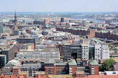 Blick über die Dächer der Hamburger Altstadt zur Hafencity / Speicherstadt - lks. der Kirchturm der St. Katharinenkirche - im Hintergrund die Norderelbe und die Elbbrücken.