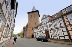 Kirchturm der St. Johanniskirche in Lüchow; Blick von der Kalandstrasse.