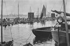 Fischmarkt in Hamburg Altona; dicht gedrängt liegen die kleinen Kähne am Ponton vor der Fischauktionshalle. Die Kunden vergleichen die Ware von den Fischern. (ca. 1925)