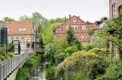 Blick über die Drawehner Jeetzel in Lüchow zu den historischen Häusern in der Junkerstrasse.