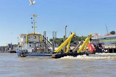 Arbeitsschiff AKKE auf der Elbe; das Wasserbaufahrzeug ist ein Wasserinjektionsgerät WIG, das Schlickablagerungen in Fahrwassern und Hafenbecken mit einem Spülrohr beseitigt; der Schlick wird aufgewirbelt und von der Strömung elbabwärts getrieben.