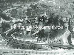 Historische Luftaufnahme / Flugbild von der Hamburger Elbhöhe bei den Landungsbrücke - in der Bildmitte das Gebäude der Seewarte, dahinter die Seewartenbrücke und das Bismarck-Denkmal.