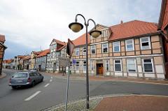 Blick von der Salzwedeler Strasse in die Bergstrasse von  Lüchow - historische Wohnhäuser, Fachwerkgebäude.