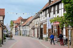 Geschäfte und Wohnhäuser - verkehrsberuhigte Bergstrasse in Lüchow; Fachwerkhäuser, Fahne Kulturelle Landpartie.