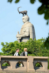 Hamburger Bismarck-Denkmal - Statue aus Granit auf der Elbhöhe im Alten Elbpark - fertiggestellt 1906; Architekten Johann Emil Schaudt und vom Berliner Bildhauer Hugo Lederer;  als Beitrag zum Hamburger Architektursommer 2015 hat das Wiener Künstlerk