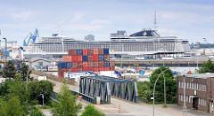 Hafenbezirk Hamburg Steinwerder - Containerstapel - Kreuzfahrtschiff MSC SPLENDIDA am Kreuzfahrtterminal Steinwerder.