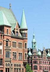 Kupfertürme - Dächer in der Speicherstadt Hamburgs - re. Turm vom Rathaus der Speicherstadt - Sitz der HHLA / Hamburger Hafen und Logistik AG.