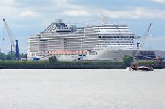 Das Kreuzfahrtschiff MSC SPLENDIDA hat in Hamburg am Kreuzfahrtterminal Steinwerder festgemacht.