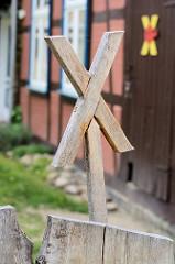 """HolzX; das X ist zum Symbol der Anti-Atom-Bewegung im Wendland; Der Transport-Termin des ersten Castor-Zuges wurde zum """"TagX"""""""