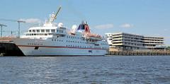 Das Kreuzfahrtschiff HANSEATIC am Terminal Hafencity; das Passagierschiff hat eine Länge von 122,80 m und eine zugelassene Passagierzahl von 184. Im Hintergrund das Gebäude der HafenCity Universität am Hamburger Baakenhafen.