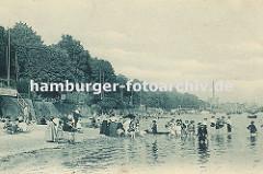 historisches Motiv vom Strand an der Elbe bei Oevelgoenne / Altona ca. 1890. Kinder spielen im Wasser, sie stehen bis zu den Knien in der Elbe - die Eltern liegen im Sand am Elbufer. Im Hintergrund Fabrikanlagen und Schornstein von Neumühlen.