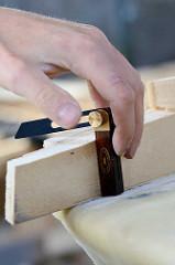 Mit einer Schmiege / Winkelschmiege wird der Winkel vom Süllrand festgelegt.
