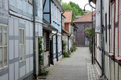 Blick durch die Bleicherstrasse zur Wallstrasse in Lüchow - historische Architektur, schmale Gasse.
