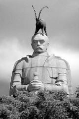 Bismarck-Denkmal in Schwarz-Weiss; als Beitrag zum Hamburger Architektursommer 2015 hat das Wiener Künstlerkollektiv Steinbrener/Dempf & Huber eine Steinbockskulpur auf Bismarcks Kopf setzen lassen.