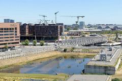 Blick zur Brücke der Überseeallee über den Magdeburger Hafen in der Hamburger Hafencity - in der Bildmitte die Gebäude an den Elbarkaden.