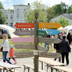 Hinweisschilder auf dem Gutsgelände Wulksfelde - Bauernmarkt.