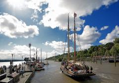 Das historische Hamburger Museumschiff Präsident Freiherr v. Maltzahn legt im Oevelgönner Museumshafen an; blauer Himmel - weisse Wolken. -
