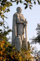 Hamburger Bismarck-Denkmal - Statue aus Granit auf der Elbhöhe im Alten Elbpark - fertiggestellt 1906; Architekten Johann Emil Schaudt und vom Berliner Bildhauer Hugo Lederer. Bäume mit Herbstblättern am Elbpark.