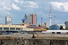 Blick von Hamburg Steinwerder / Kaiser Wilhelm Hafen zum Panorama in Hamburg St. Pauli - Hochhäuser und Fernsehturm.