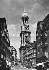 Blick vom Schaarmarkt zur Hamburger Michaeliskirche - hohe Wohnhäuser, Fachwerkgebäude - Geschäfte im Paterre; Kirchturm der St. Michaeliskirche, ca. 1920.