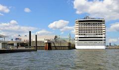 Das Kreuzfahrtschiff MSC Splendida liegt am Kai vom neuen Kreuzfahrtterminal Steinwerder  im Hamburger Hafen. Das Schiff hat eine Länge von 333 m; eine zugelassene Passagierzahl von 3274 sowie eine Besatzung von ca. 1370.