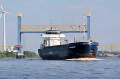 Das Tankschiff BEAUMAIDEN hat die hochgefahrene Kattwykbrücke passiert und fährt auf dem Kattwyk Richtung Elbe.