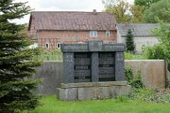 Gedenkstätte - Unseren Gefallenen und Vermissten, Gemeinde Dickfeitzen und Kröte - im Hintergrund Fachwerkwohnhaus.