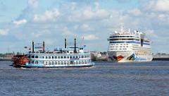 Das Kreuzfahrtschiff AIDAbella verlässt das Terminal auf Hamburg Steinwerder - ein Raddampfer der Hamburger Hafenrundfahrt begleitet das Schiff.