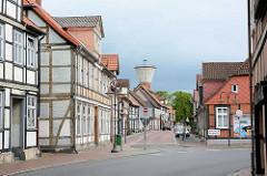 Blick durch die Bergstrasse von Lüchow - historische Fachwerkhäuser, Wasserturm.
