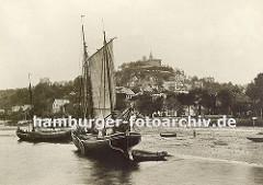 historisches Foto von Hamburg Blankenese; zwei Fischerboote liegen am Elbstrand - im Hintergrund die Häuser des Fischerdorfes Blankenese und der Süllberg.