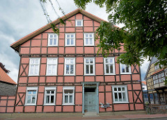 Mehrstöckiges Fachwerkgebäude, Wohnhaus in der Wallstrasse / Lüchow - Inschrift über der Tür Gottlieb Carsten.