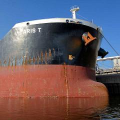 Bug des Massengutschiffs ARIS T im Hamburger Hafen / Reiherstieg. Der Frachter hat eine Länge von 229,50m und hat eine Bruttoraumzahl BRZ von 49973.