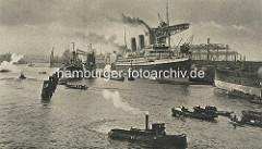 Ein Passagierdampfer liegt der Hamburger Werft Blohm + Voss am Werftkai - ein Getreidefrachter wird mit einem Getreideheber entladen - die Ladung wird auf längsseits liegende Schuten / Binnenschiffe weiter transportiert.