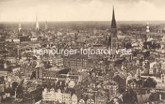 Historische Luftaufnahme über die Hamburger Altstadt - Türme der Hansestadt Hamburg. Rechts der Kirchturm der St. Katharinenkirche, dann der Kichturm der Nikolaikirche - lks. der Uhrenturm vom Rathaus Hamburgs - daneben die St. Petrikirche + Jako