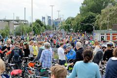 Stau / Unterbrechung der Hamburger Fahrradsternfahrt am Neuhöfer Damm. Die Radler / RadlerInnen warten auf das Signal zur Weiterfahrt.