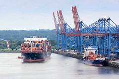 Blick auf das Container Terminal Hamburg Altenwerder - ein Containerschiff legt an, ein Feederschiff liegt am Kai des Terminals im Hamburger Hafen.