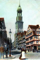 Blick vom Schaarmarkt zur Hamburger Michaeliskirche; Fachwerkhäuser, Kopfsteinpflaster - Strassenlaterne, eine Frau mit Schürze geht über die Strasse; ca. 1900.