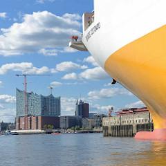 Bug des Frachtschiffs GRANDE COTONOU im Hamburger Hansahafen im Hafenstadtteil Kleiner Grasbrook an der Norderelbe - im Hintergrund das entstehende Hamburger Konzerthaus Elbphilharmonie.